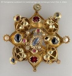 broche en or du XIIIe siècle