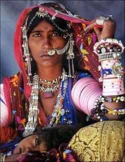 femme indienne couverte de bijoux